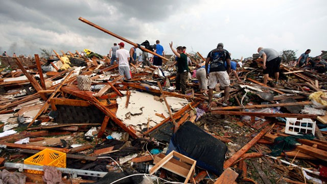 ap_tornado_search_victims_nt_130520_wg